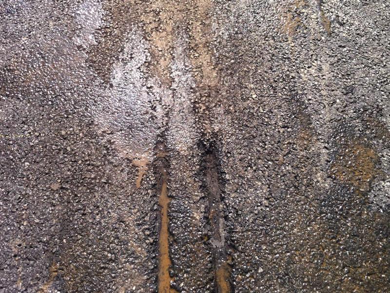 Hochwertig und schnell reparierte Schleifspur in der Asphaltdeckschicht