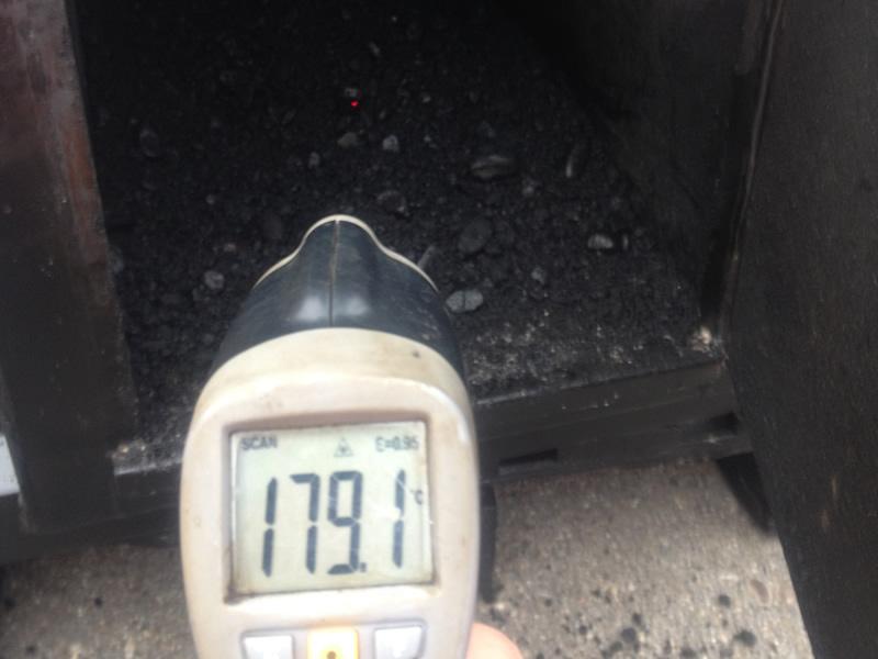 Mittels Heißluft wird das abgekühlte Mischgut (Tragschicht) wieder kontrolliert auf 180° Grad schonend erwärmt.