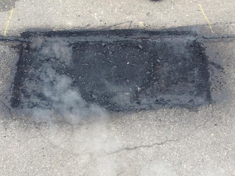 Asphaltfläche mit Bitumenemulsion vorbehandeln.