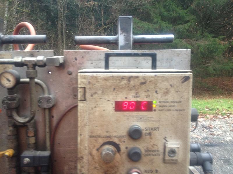 Kontrolliertes Erwärmen der Asphaltdeckschicht mit unseren Flächenheizanlagen.